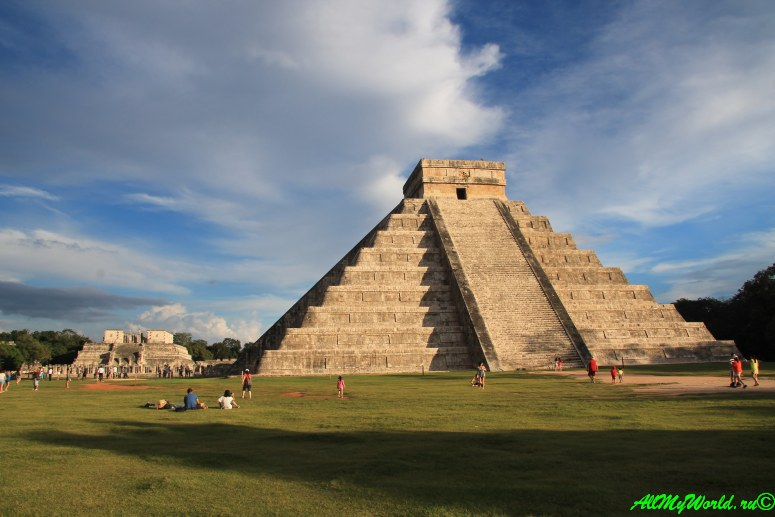 Мексика города майя Чичен-Ица пирамида Кукулькана фото