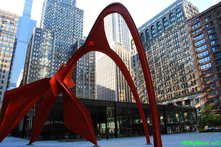 """США, город Чикаго: достопримечательности и фото - скульптура """"Фламинго"""" перед Финансовым управлением Чикаго (Federal Center)"""