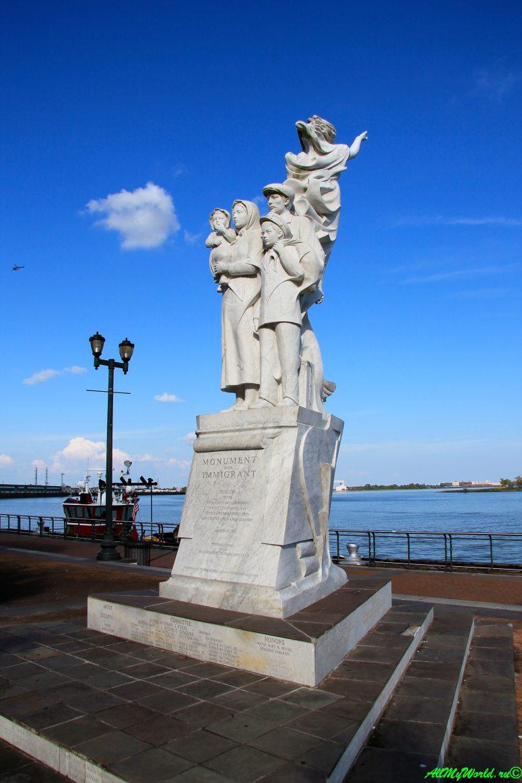 США, город Новый Орлеан - памятник иммигрантам фото