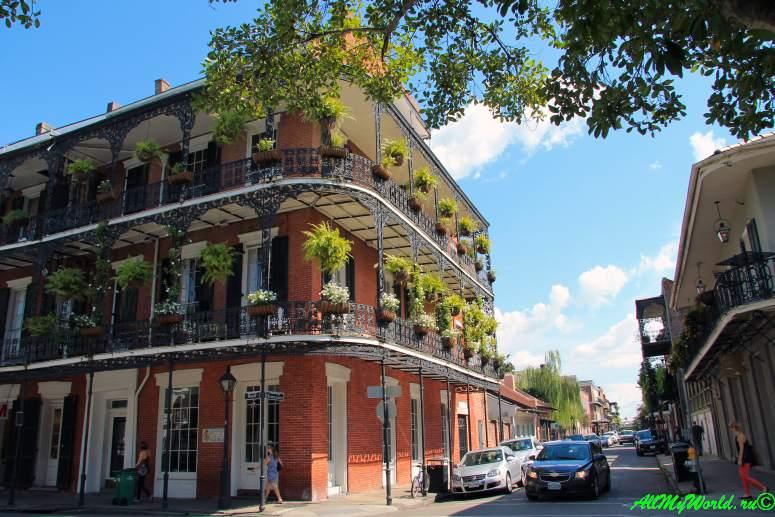 США, город Новый Орлеан - Французский квартал Бурбон-стрит фото
