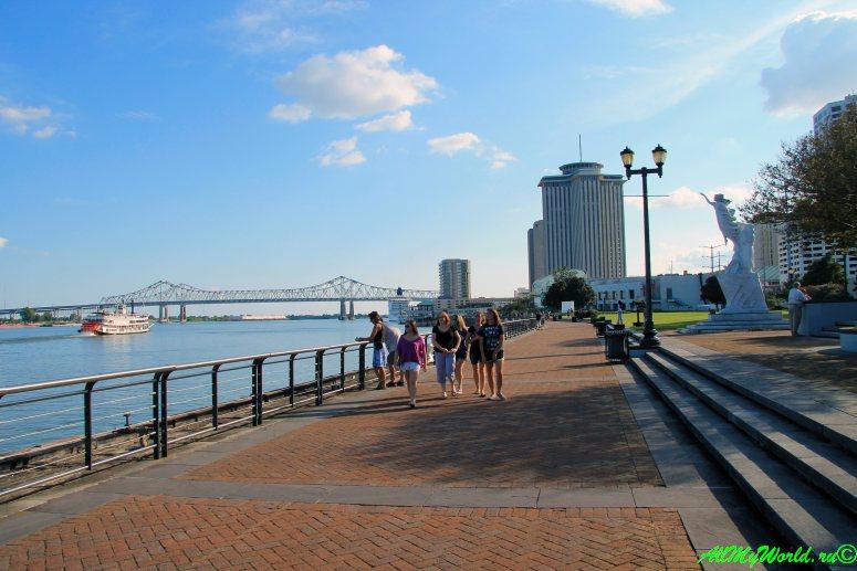 США, город Новый Орлеан - набережная Миссисипи фото