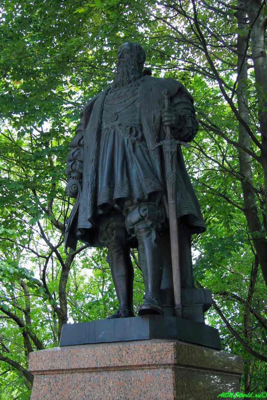 Старый Калининград: Остров Канта и Кафедральный собор - статуя герцога Альбрехта