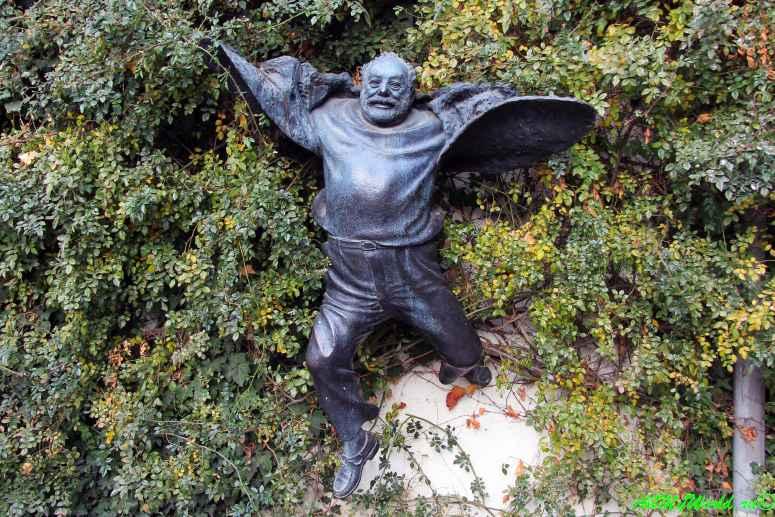 Старый Тбилиси район Кала скульптура Сергея Параджанова