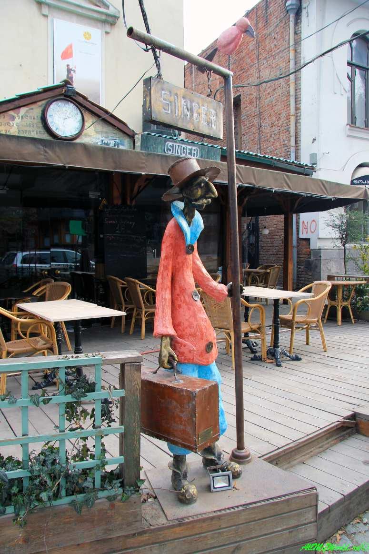 "Старый Тбилиси район Кала скульптура ""Пассажир, ожидающий конку"""