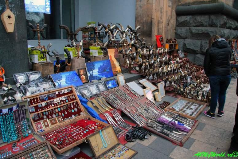 Шоппинг в Тбилиси: где покупать продукты, вино, сувениры и одежду - сувенирный рынок на проспекте Руставели
