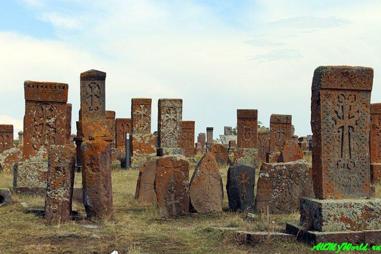 Озеро Севан в Армении: кладбище хачкаров в Норатусе