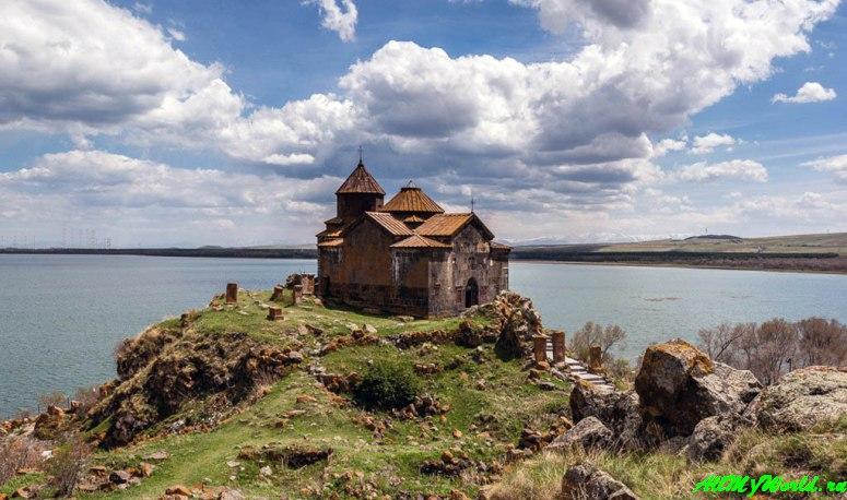Озеро Севан в Армении: монастырь Айраванк