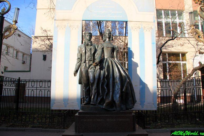 Прогулки по Москве: Арбат, памятник Александру Пушкину и Наталье Гончаровой