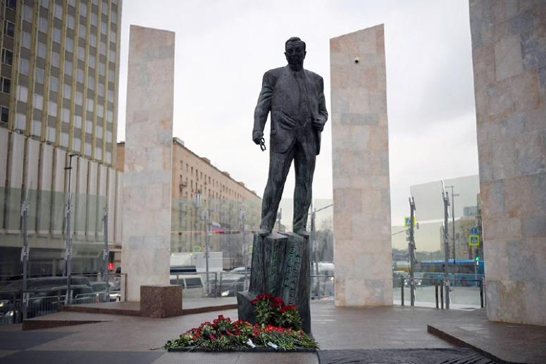 Прогулки по Москве: Арбат, памятник Евгению Примакову