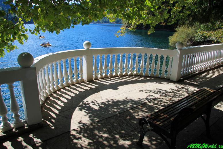 Достопримечательности Абхазии: Дача Сталина на озере Рица