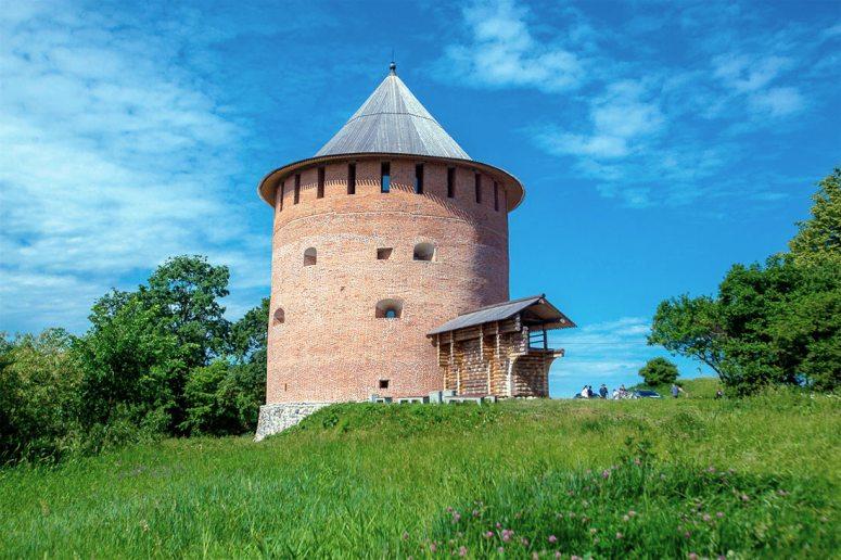 Достопримечательности Великого Новгорода: Алексеевская (Белая) башня Окольного города