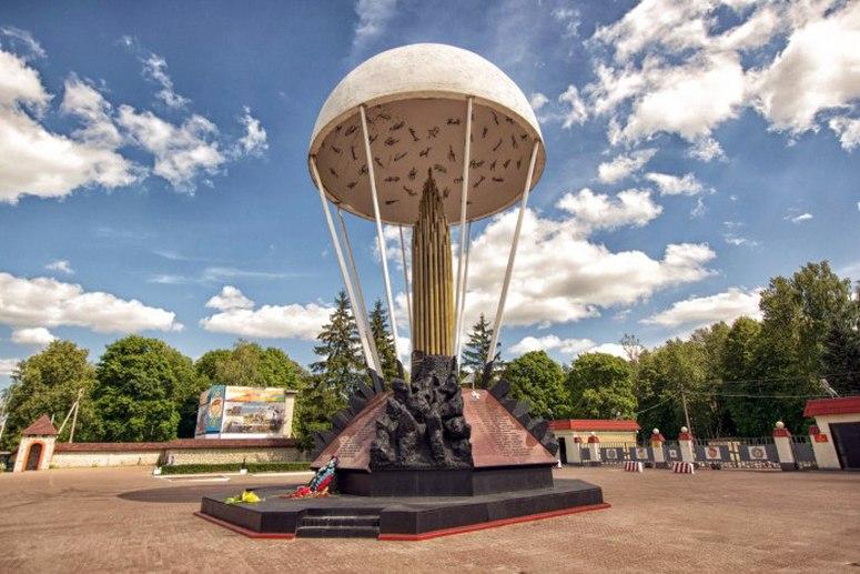 Достопримечательности Пскова: Памятник псковским десантникам